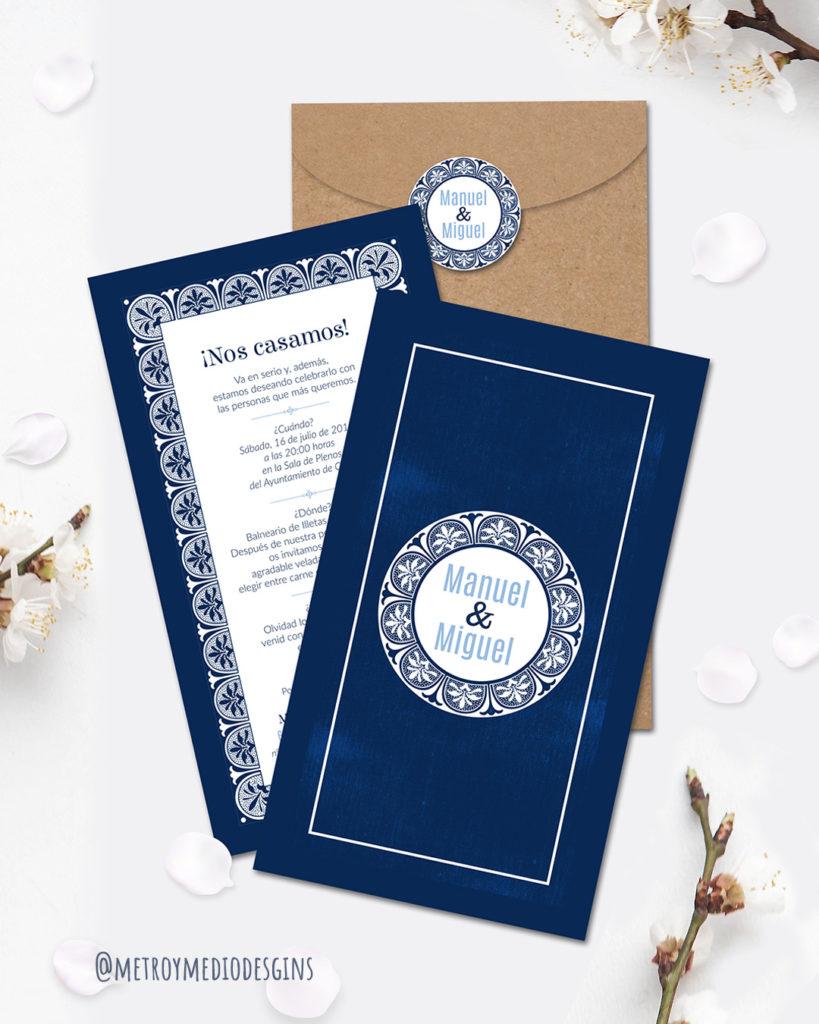 Invitación de boda personalizada en color azul marino y blanco en vertical con sobre de papel kraft