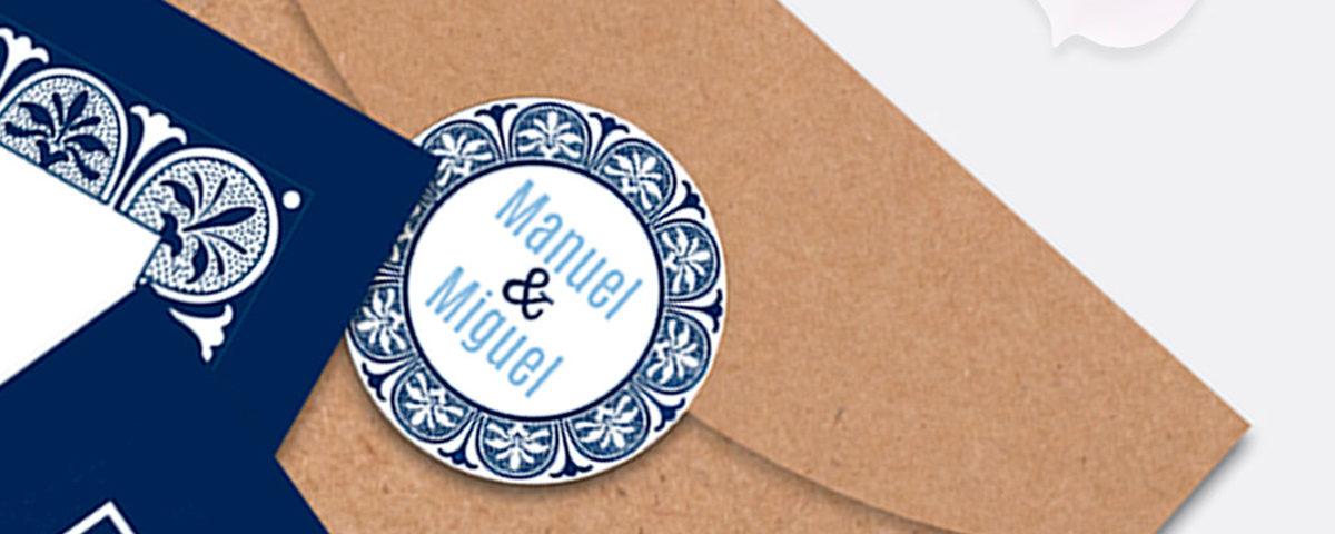 Detalle del sobre de papel kraft con pegatina de cierre personalizada para invitación de boda